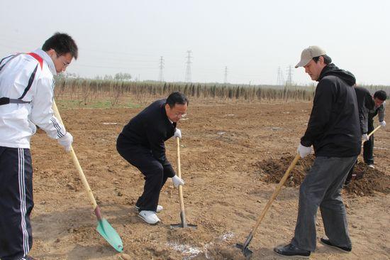 中国文联干部职工赴房山植树