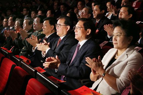 音乐会上,一首熟悉的歌曲《今天是你的生日》唱出了中华儿女对祖国