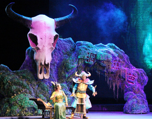 现场,西游记卡通人物形象,以及戏剧嘉年华中的小丑,杂技,魔术吸引着小