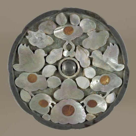 7、中国周朝仪式器具(簋)来自中国,西周早期,公元前11世纪。   中国周朝仪式器具(簋)   簋是盛食物祭品的仪式器具,使用于中国商朝和整个周朝时期。   公元前1050年,武王推翻商朝(约公元前1500-1050年)建立了周朝。青铜器上长长的铭文记载了这次战役和之后的事件。   这么长的铭文仅偶尔铸刻在商朝时期的青铜器上,但是这种做法到了周朝确得到了大力推广。青铜器上铸刻的铭文是为了传达所有者在政治上和社会上的成就。如今,它们成为了重要的历史文献。   这件器具里的铭文记载了武王的兄弟康侯和沬司徒因