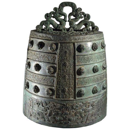 4、青铜壶(仪式酒器)来自中国山西省。东周,公元前5世纪。   这对壶是在山西省侯马的晋国铸造厂制造的,这里是北部的青铜铸造地,成为了东周时期(公元前771-221年) 的青铜制造中心。在壶盖的下边缘,即花瓣壶顶的下方都有同样的铭文。铭文记载着公元前482年晋国和吴国会晤时,晋国大臣赵孟铸造了此壶。在这次会晤中,两国力图签订合约,或结盟。   这对青铜壶上的纹饰是一样的。每尊壶的壶身上都有四只饕餮,或四张怪物的脸。这样的设计很有创意,在粘土上刻出花纹印版,并用浮雕装饰。八张脸的模具部分是用单独的花纹印版