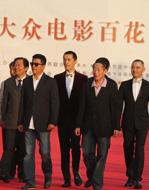 王興東、王浙濱、趙文瑄、孫淳、胡歌等《辛亥革命》劇組成員走上紅毯.jpg
