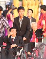 中國文聯榮委、中國影協名譽主席謝鐵驪和著名表演藝術家于藍亮相紅毯.jpg
