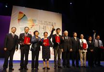 本屆校園戲劇節優秀劇目獎普通組代表與頒獎嘉賓合影.JPG