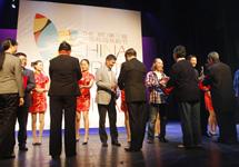 頒獎嘉賓為獲得第三屆校園戲劇節優秀劇目獎的專業組代表頒獎.JPG