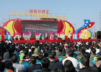 藝術家表演的精彩節目受到現場觀眾熱烈歡迎