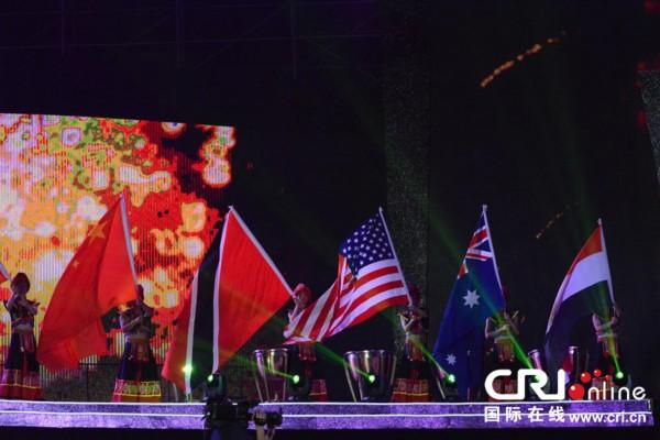 开幕式舞台上参演各国艺术团的国旗杨树田摄   国际在线消息 在正在举办的第九届国际民间艺术节上,来自五大洲55个国家的126个艺术团体先后齐聚在宜昌和北京两座城市,为当地的民众带来了视听盛宴。同时,本届艺术节也为中外艺术家们搭建了交流平台,用艺术架起了文化沟通的桥梁。                                                                                               在第九届中国国际民间艺术节开幕式表演的舞台后面,来