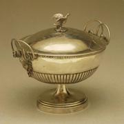 裝飾有美杜莎頭像及蛇形把手的銀質湯盤
