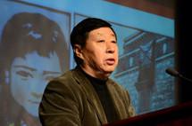 中國文聯副主席、中國美協主席劉大為介紹獲獎藝術家.jpg