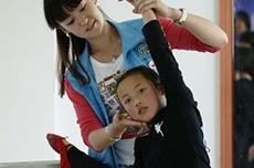 志願者張雅潔指導孩子練基本功.JPG