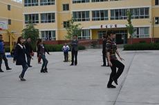 志願者張雅潔教孩子跳舞.jpg