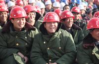 圖為工人熱情洋溢的觀看演出.JPG