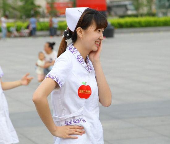 中国文艺网 美女护士攻陷广场舞阵地