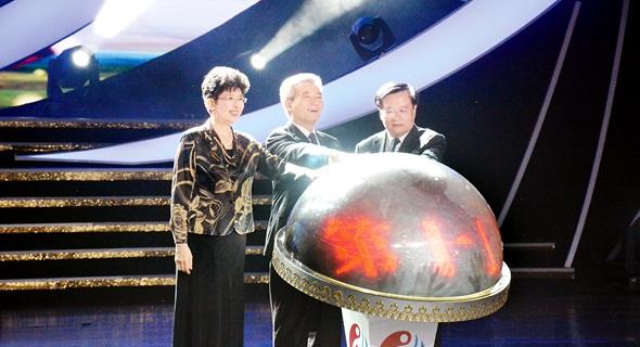 全國政協副主席羅富和,中國文聯黨組書記、副主席趙實,青海省委書記王國生共同啟動開幕