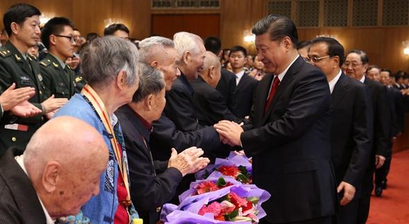 習近平與老紅軍代表親切握手,向他們致以崇高敬意