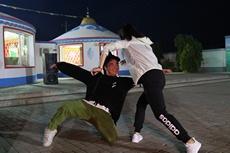 採風團藝術家表演蒙古舞.jpg
