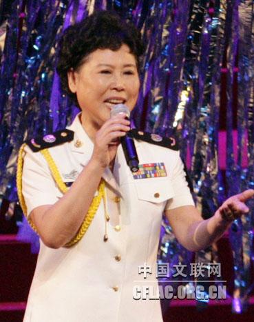 图为卞小贞演唱歌曲《泉水叮咚响》