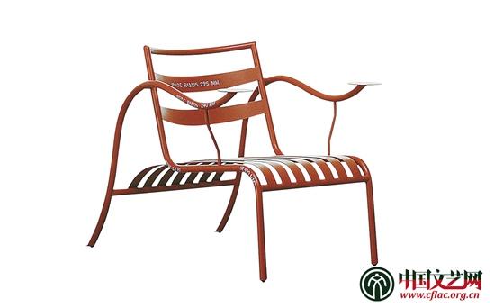 起舞糖果盒 吉奥庞蒂 一九二五年   产生于20世纪初的意大利现代设计一度成为优良设计的同义语,引领着国际设计界的时尚潮流。著名作家和艺术评论家乌贝托艾科曾说:如果说别的国家有一种设计理论,意大利则有一套设计哲学,或许是一套设计思想体系。4月25日至7月25日,由中国国家博物馆与意大利文化遗产活动和旅游部博物馆司、意大利米兰三年展基金会联合主办的创意改变生活意大利设计艺术展亮相中国国家博物馆。此次艺术展展出了意大利现代设计史上的111件(套)共210件设计作品,荟萃了包括庞蒂、索特萨斯