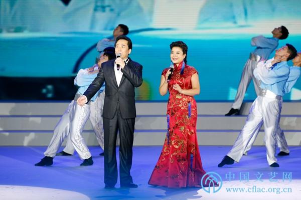 佟铁鑫、张也演唱《亲爱的中国》.