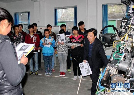学生在河北阜平县职教中心梦翔汽车培训基地内上实训课(2015年11月1