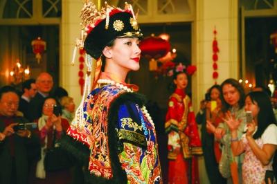 欧式建筑内,共展出62套仿制古代丝绸服饰和当代丝绸