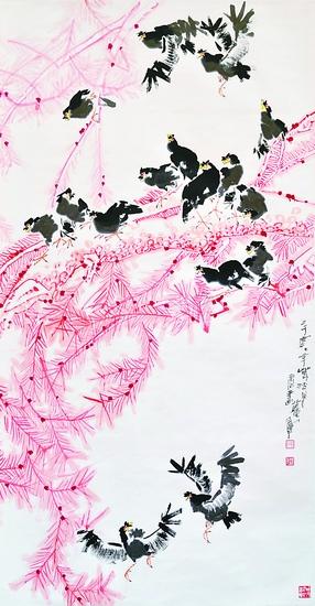 《红松八哥图》以深浅不一的红色画松树,以墨画八哥,红黑两色相配