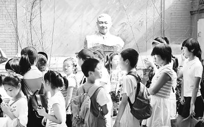 北京什刹海社区中小学生参观戏曲表演大师梅兰芳故居