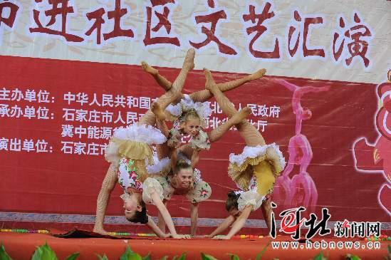 皮条、抖空竹、爬杆、手影本届杂技节上,中国传统杂技和艺术元素频频在国外参赛节目中出现,经过外国杂技演员的精彩演绎,赢得了现场观众热烈的掌声  俄罗斯小演员表演《柔术》。河北日报记者赵永辉 赵威摄   伴随着悠扬的钢琴曲,一名女演员在皮条上表演各种空中技巧;金色的空竹在两名男演员的手中,仿佛有了生命,如行云流水,如精灵跳舞;融合踢踏舞表演,两位男演员在爬杆上的表演生龙活虎,机敏麻利10月23日晚,吴桥杂技节主场馆首场演出在河北艺术中心精彩亮相,其中皮条、抖空竹、爬杆等中国土生土长的技艺   通