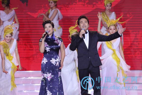 张也、佟铁鑫演唱歌曲《亲爱的中国》.