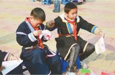 专心刺绣的男孩子是连南县民族小学的一道风景