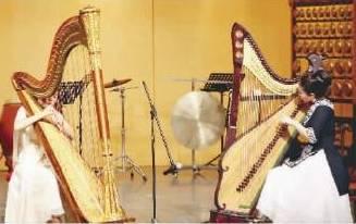 同宗同族的竖琴与箜篌(右)重奏图片