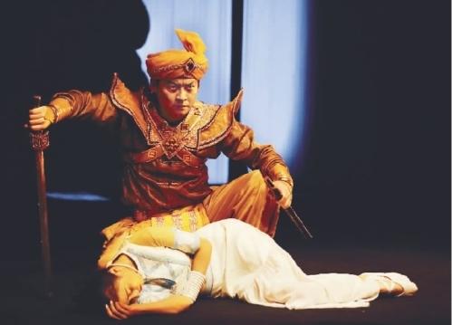 观云南省话剧院多媒体魔幻创意情趣剧《勐巴娜西》性肢体GIF图片