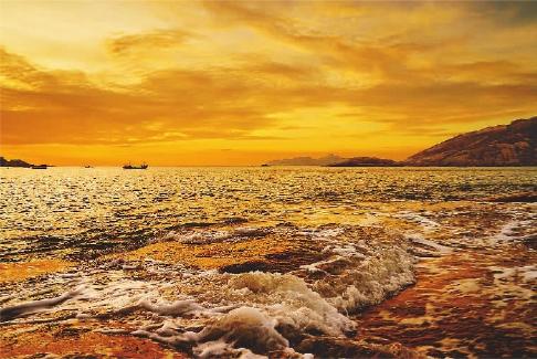 """1平方公里以上的岛礁有18个,素有""""十八列岛""""之称,自然风光丰富多彩."""